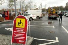 Возле ТЦ МОМО ГАИ эвакуирует автомобили, припаркованные на местах для инвалидов