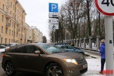 Парковочные места для инвалидов у парка Горького облюбовали владельцы дорогих авто