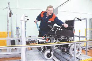 Новая коляска способна преодолеть препятствие высотой