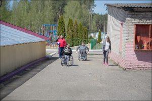 «Мы создали им мир без барьеров». Как живут дети-инвалиды из интерната в Ивенце