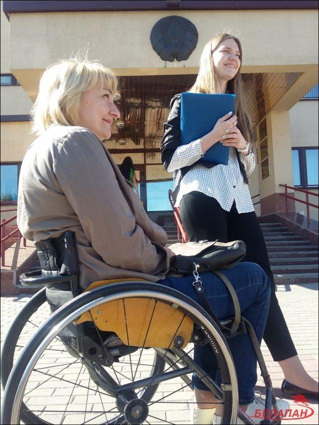 Татьяна и Виктория Кришталь у здания суда