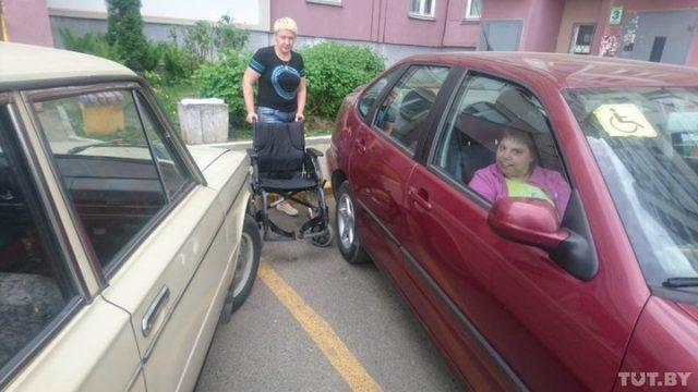 Летом с коляской к машине тоже подъехать очень тяжело, не говоря уже о том, чтобы нормально пересадить в нее дочку