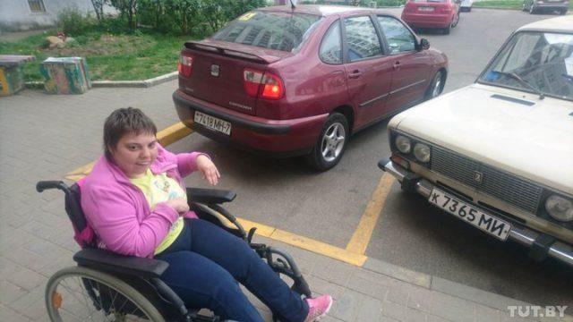 Инесса вынуждена сначала пересаживать дочь из машины в коляску, отвозить ее на тротуар, а потом уже парковать авто