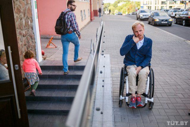 В новое заведение, которое работает всего неделю, тоже никак самому не попасть на коляске