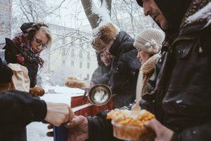 Мировой рейтинг благотворительности: на помощь незнакомцу придут 27%, а пожертвуют деньги — 20% белорусов
