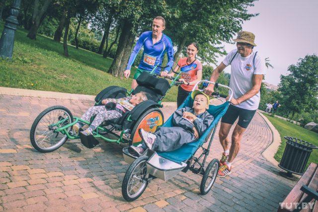 Известная белорусская бегунья Известная спортсменка Ольга Мазуренок пришла вЛошицкий парк, чтобы побегать сребенком вколяске
