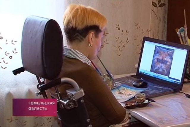 Парализованная жительница Светлогорска пишет картины без помощи рук