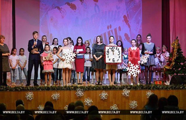 """Ученики Острошицко-Городокской школы организовали для жителей дома-интерната """"Новогодний огонек"""""""