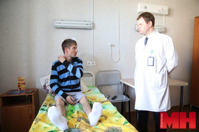 Дмитрий Синяк и врач травматолог-ортопед РНПЦ травматологии и ортопедии Андрей Пересада