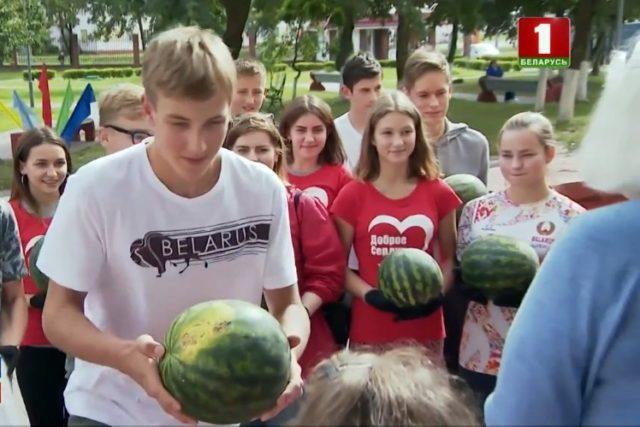 Коля Лукашенко - акция по доставке арбузов инвалидам