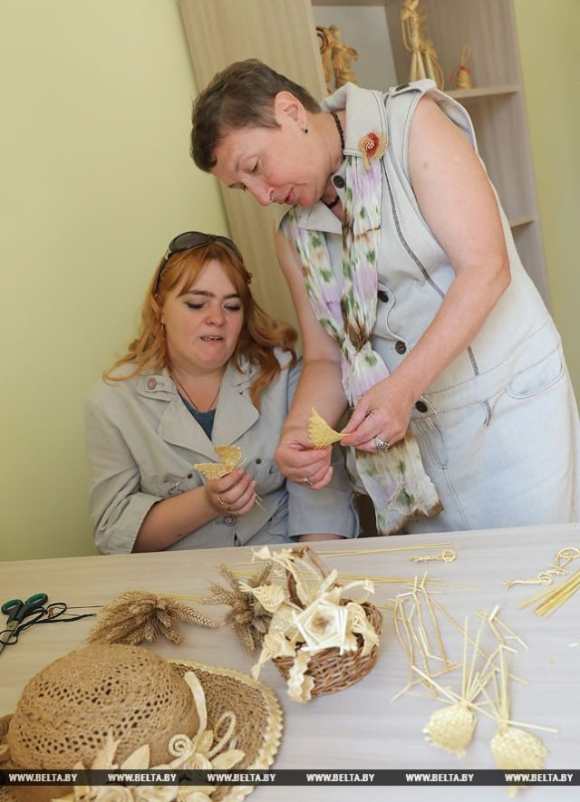 Мастер по лозоплетению Светлана Черникова обучает Екатерину Абраменко