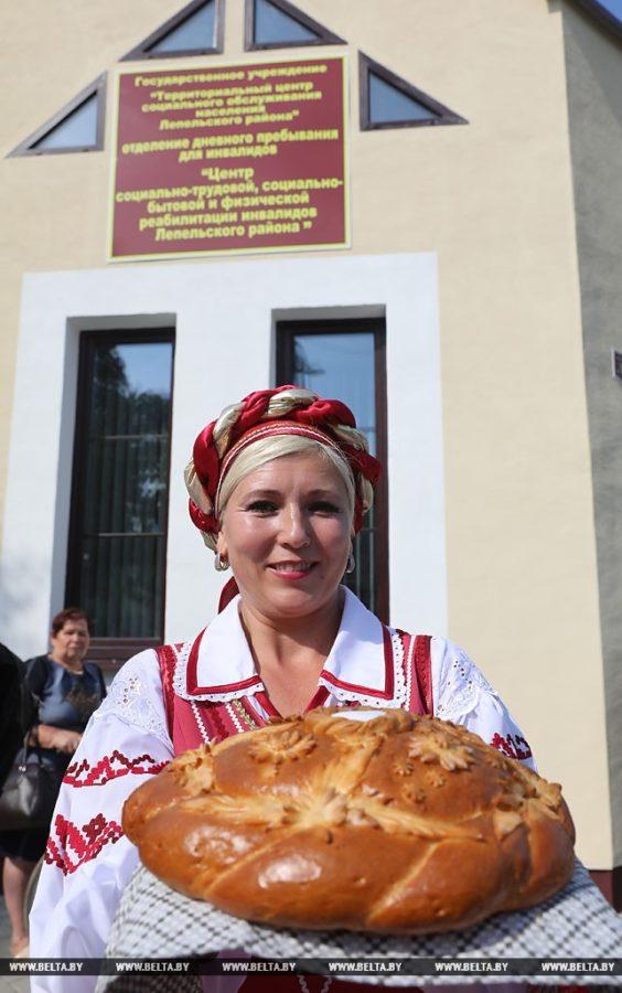 Хлеб-соль в руках Татьяны Гредюшко