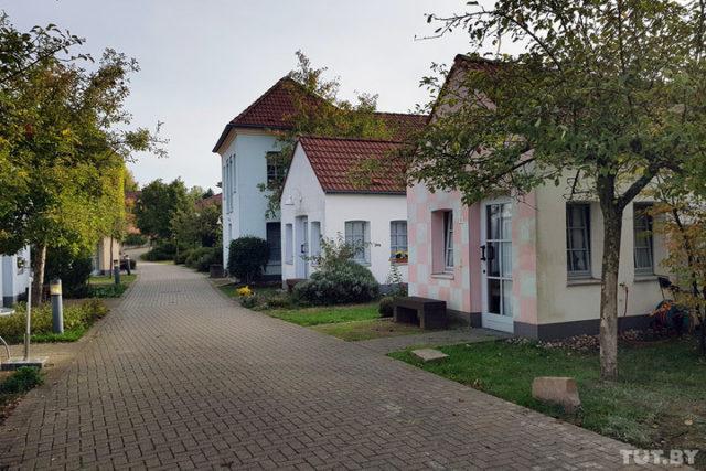 Флидмер-Деревня внешне напоминает самую обычную деревню