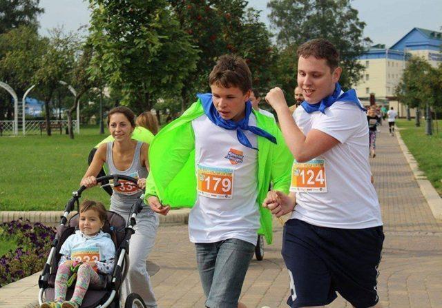 """Один из конкурсов """"Бегопарка"""" —парный забег.Тимур (слева)пробежал егосо своим другом Никитой."""