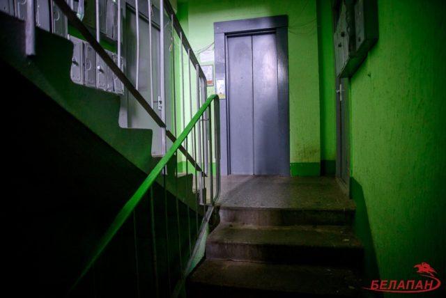 От лифта до выхода из подъезда необходимо преодолеть семь ступеней