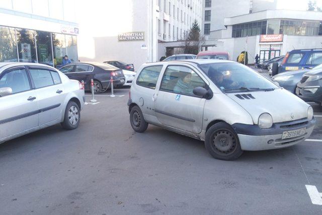 Кто паркуется на местах для инвалидов: ГАИ провела очередной рейд