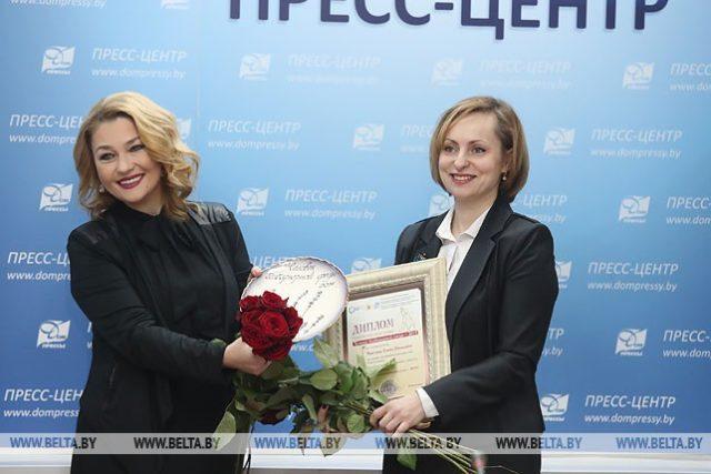 Анастасия Тиханович вручает награду создателю инклюзивного хора Елене Масловой