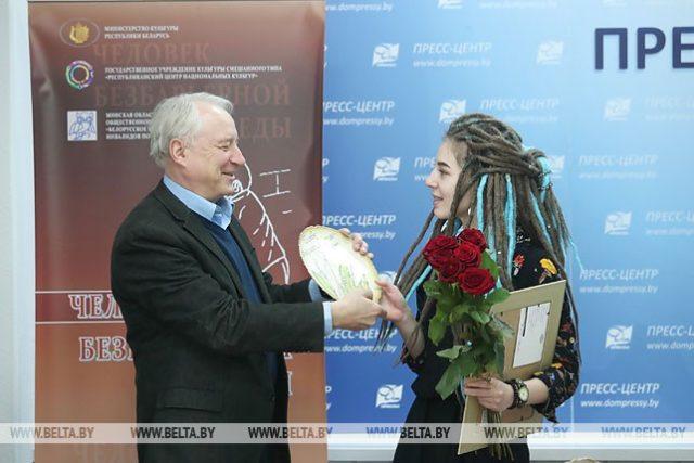 Народный артист Беларуси Виктор Манаев вручает награду Софии Ворса