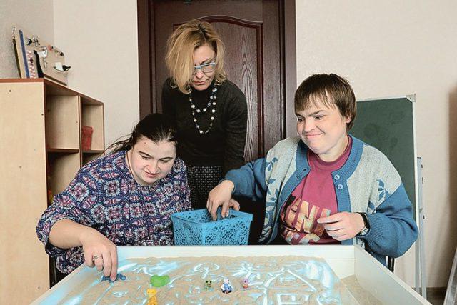 Чем помогают родителям детей-инвалидов и родственникам пожилых людей в центре соцобслуживания
