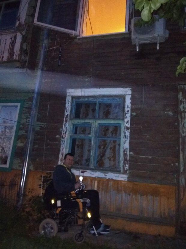 Колясочник вынужден выходить совторого этажа… через окно