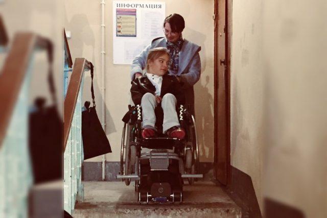 Минчанке с инвалидностью подарили гусеничный подъемник