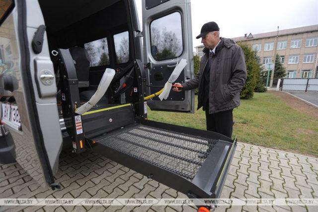 Новый микроавтобус оборудован пандусом для инвалидов-колясочников