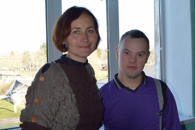 Заместитель директора дома-интерната Наталья КРАВЕЦ и воспитанник Павел
