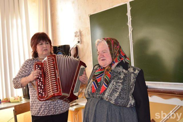 Культорганизатор Анна БОНДАЦКАЯ и воспитанница Тамара ПИВОВАР