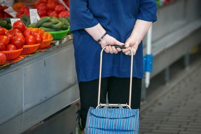 Соцработники доставят продукты и лекарства пенсионерам и инвалидам