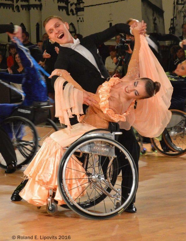 Анна и ее партнер по танцам на соревновании