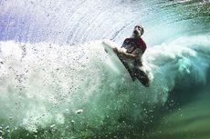 На фотографии запечатлен серфер, выныривающий из-под воды