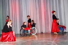 В составе танцевальной группы дети-колясочники от 9 до 16 лет