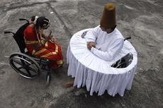 Прикованные к инвалидному креслу танцоры разговаривают перед началом тренировки
