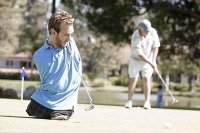 Играет в гольф