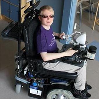 инвалидная управляется с помощью джойстика, которым пользователь манипулирует правой рукой