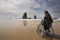 Англия, два молодых человека вывалили из коляски женщину-инвалида