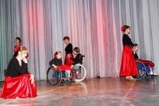 Показательные выступления по фехтованию и танцам на колясках