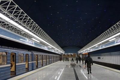 станция Петровщина выделяется на фоне остальных синим потолком со светодиодными звездами синего и белого цвета