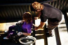Только один из десяти инвалидов-колясочников может свободно выбраться из дома