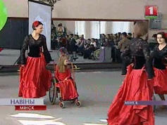 дети-инвалиды с матерями подготовили для гостя показательные выступления в танцах на колясках