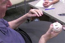 Операция вернула парализованному мужчине способность писать