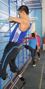Иван Прокопьев бегает на протезах и играет в хоккей