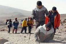 Безногий покоритель Килиманджаро прошел на руках 6 км за 7 дней