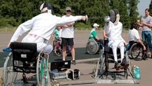 В коляске с рапирой, в коляске с ракеткой, коляска танцам не помеха…